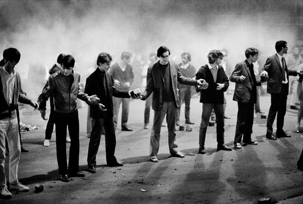 Bruno Barbey: Un gruppo di studenti forma una catena per passare i ciottoli di una barricata a rue Gay-Lussac. Parigi, 10 maggio 1968. ©Bruno Barbey /Magnum Photos/Contrasto